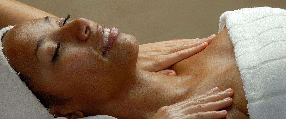 donna di colore che prova piacere ricevendo il massaggio californiano