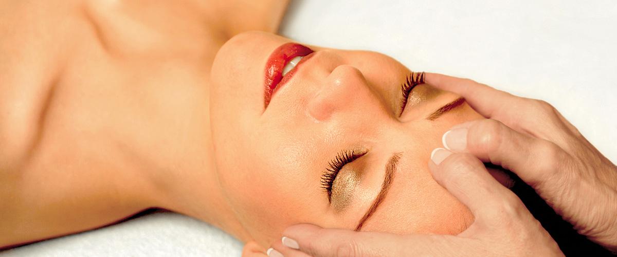 Piacevole donna rilassata e distesa ad occhi chiusi con le mani sulla testa