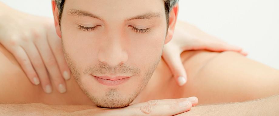 viso disteso di un ragazzo che riceve il massaggio californiano