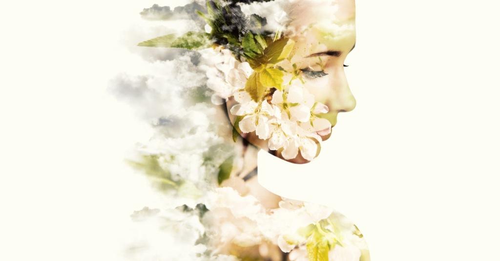 artwork di ragazza in primo piano con sguardo dolce il suo corpo si trasforma in fiori